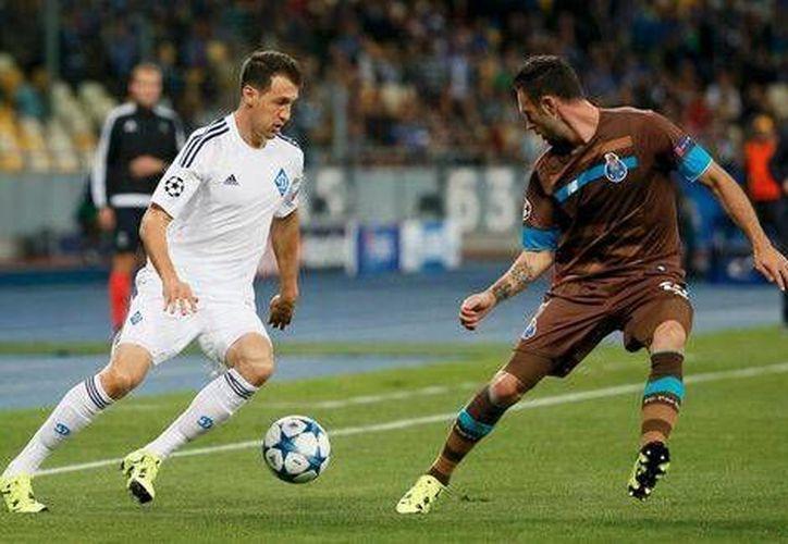 Miguel Layún (d) tuvo una asistencia en el debut del Porto en la Liga de Campeones, 2-2,  frente al Dinamo de Kiev, en Ucrania. (Reuters)