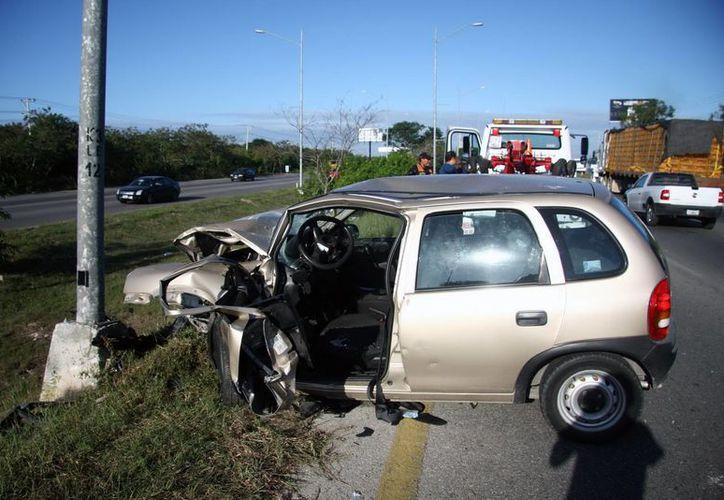 El Chevy quedó destrozado y sus dos ocupantes, gravemente lesionados. (Milenio Novedades)