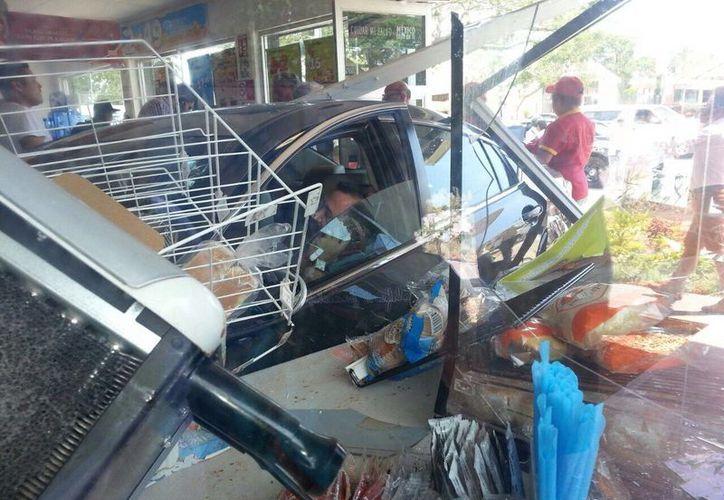 El conductor se impactó de lleno contra las puertas de la tienda. (SIPSE)