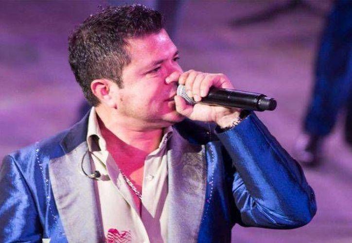Hoy lavo trastes, cuido de mis hijos, disfruto mi esposa, declaró Jorge Medina, quien deja de ser vocalista de La Arrolladora Banda el Limón. (Foto tomada dedebate.com.mx)
