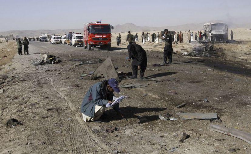 Un oficial de policía de Pakistán recolecta evidencia en la zona de Quetta donde estalló la bomba. (Agencias)