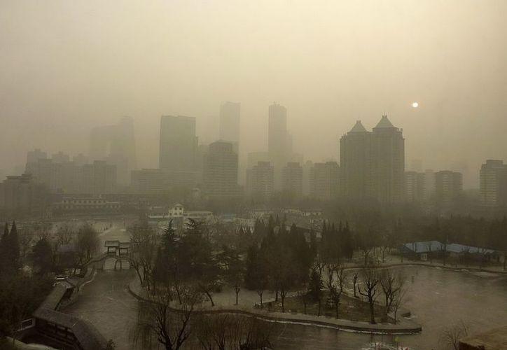 Las autoridades chinas emitieron hoy una alerta por la densa y dañina capa de contaminación. (EFE)
