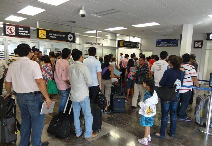 La cancelación dejó varados a 50 usuarios en el aeropuerto capitalino. (Archivo/SIPSE)