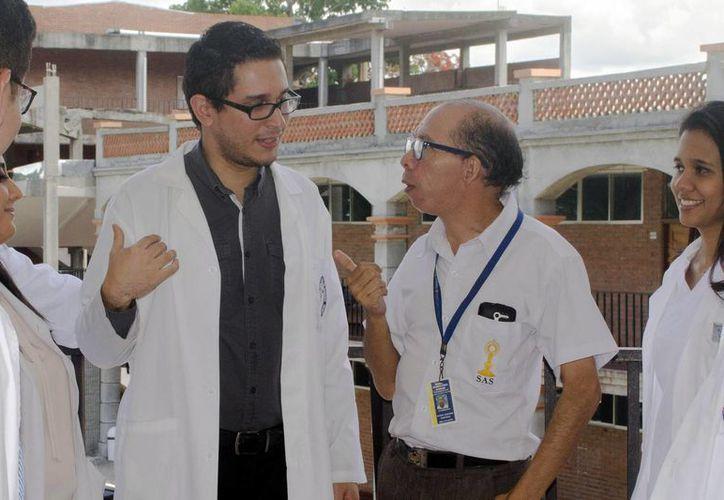 Fotografía fechada el 16 de junio de 2016 en San Pedro Sula y distribuida este 28 de junio de 2016 del médico hondureño Héctor Ramos (i) hablando con el paciente Daniel Gerardo Martínez (d). (EFE/GIMUNICAH)