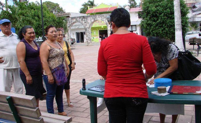 Los habitantes de la ciudad continúan acudiendo a estampar su firma de rechazo al cambio de nombre de la cabecera. (Manuel Salazar/SIPSE)