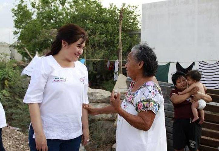 Celia Rivas, candidata del PRI a diputada local por el VII Distrito constató las carencias de las colonias que visitó. (SIPSE)