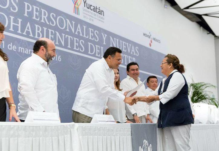 El gobernador del Estado, Rolando Zapata Bello, al entregar créditos a derechohabientes del Issste. (Milenio Novedades)