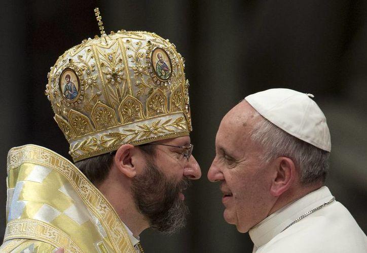 El papa Francisco (d) con Sviatoslav Shevchuk, arzobispo de la Iglesia católica ucraniana griega, ayer en la Basílica del Vaticano. (AP)