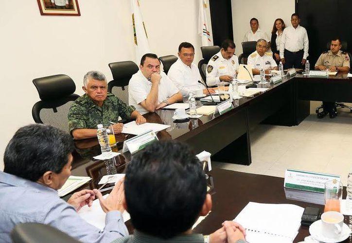 Representantes de las fuerzas armadas y de diversas corporaciones participaron en la reunión que presidió el Gobernador de Yucatán. (Milenio Novedades)