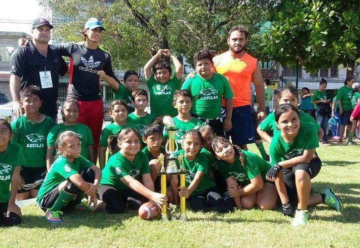 Águilas se lleva el título en la categoría Tinnys, luego de vencer 12-0 a Cherokees en un partidazo. (Raúl Caballero/SIPSE)