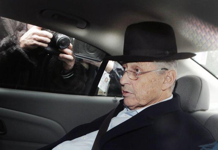El presidente de la legislatura estatal de Nueva York, Sheldon Silver, al momento de ser transportado por agentes federales a una corte. (Agencias)