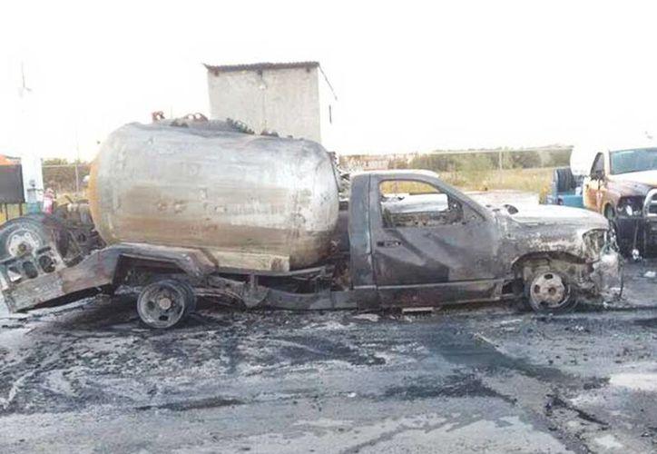 Realizaron labores de enfriamiento de las pipas para que no explotaran, autoridades trabajaron hasta que se consumió todo el combustible. (Héctor González/Excelsior)