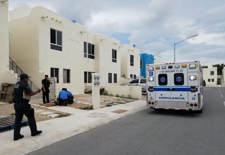 Paramédicos auxiliaron a la mujer herida y la trasladaron de urgencia al hospital. (Foto: Redacción/SIPSE)