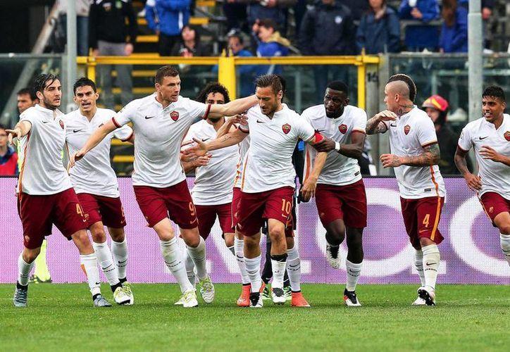 El rotativo italiano <i>Gazzetta dello Sport</i> asegura que el capitán de la Roma, Francesco Totti (centro) habría discutido e incluso llegado a los golpes con su técnico Luciano Spalletti. (EFE)