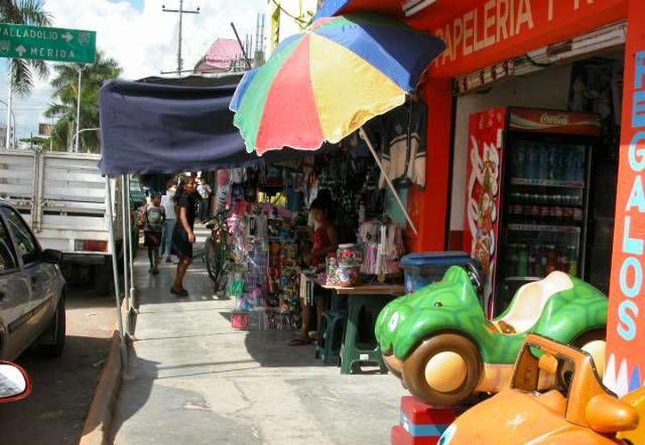 Inconformes piden a las autoridades que establezcan espacios para los vendedores, y de esta forma lograr que la ciudad sea un atractivo. (Manuel Salazar/SIPSE)