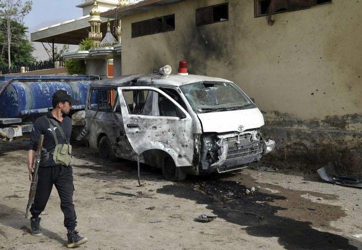 Miembros de las fuerzas de seguridad paquistaníes inspeccionan la zona de un atentado. ( EFE/Archivo)