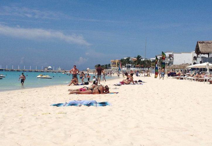 Disfrutan turistas clima favorable en las playas. (Adrián Barreto/SIPSE)