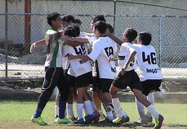 Los rojinegros del Atlas Taxistas de Playa del Carmen concluyeron el torneo en el sótano juvenil menor, pero en el último partido demostraron su capacidad ante el lider Chivas Kabah. (Ángel Mazariego/SIPSE)