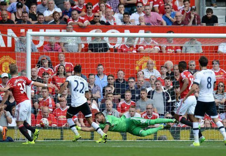 Los Red Devils lograron imponerse 1-0 al Tottenham en su debut de la campaña 2015-16, pero Javier Hernández no pudo ver acción y finalizó en la banca. En la foto, Segio Romero ataja un tiro a gol por parte de los delanteros del Tottenham. (AP)