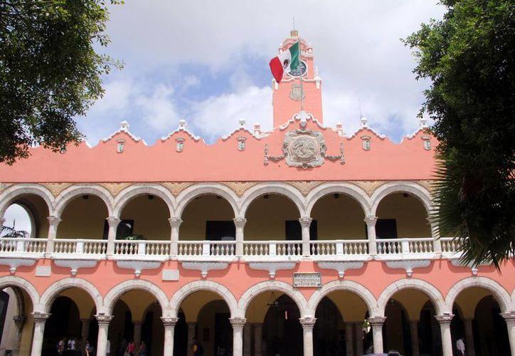 Además de las deudas de los ayuntamientos yucatecos, por 150 mdp, cuatro cabildos arrastran demandas por 'congelar' salario a regidores. En la foto, el Ayuntamiento de Mérida, que tiene pendientes 11 juicios por devolución del impuesto. (SIPSE)