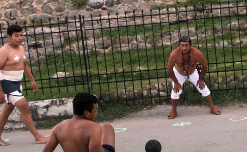"""Chapa se corenó campeón de la II Copa Peninsular de Pelota Maya """"Pok ta pok"""". En la imagen, uno de los encuentros. (Milenio Novedades)"""