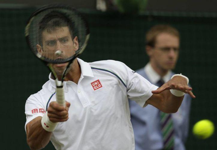 El tenista serbio Novak Djokovic avanzó a cuartos de final del torneo de Wimbledon 2015. (AP)