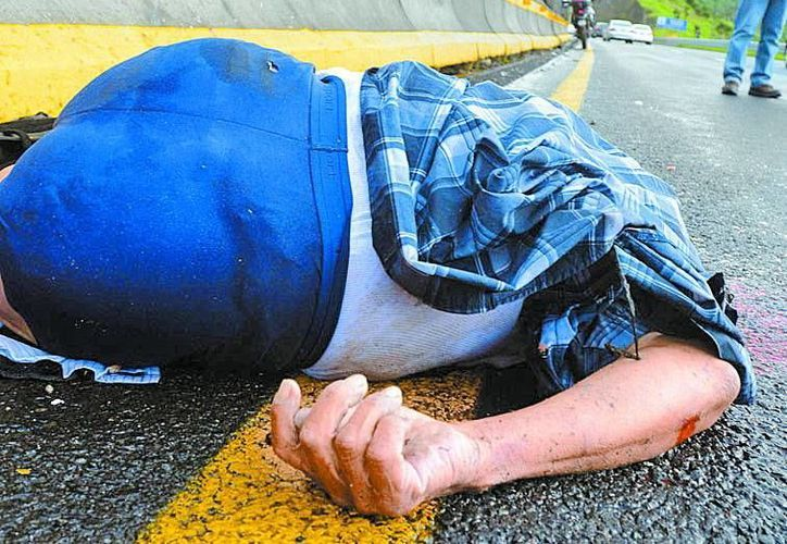 Un hombre fue encontrado muerto en la carretera Chamapa-Lechería; al parecer fue arrojado de un vehículo en movimiento. (Milenio)
