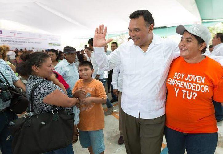 El pasado jueves, Rolando Zapata acudió a entregar apoyos correspondientes al programa Bienestar Laboral. (Cortesía)