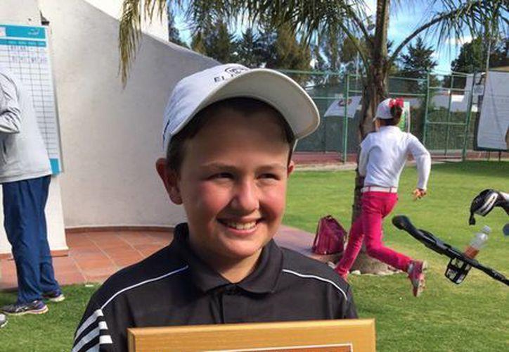 Manuel Barbachano con el trofeo que lo avala como monarca de este torneo. (Milenio Novedades)