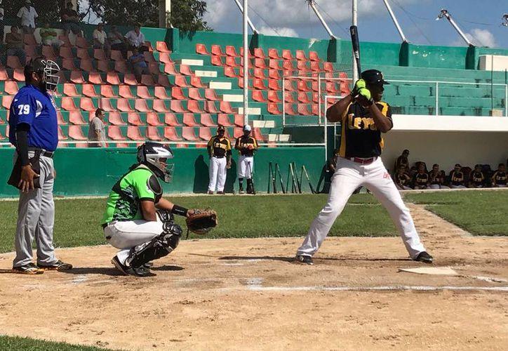 Este domingo, al mediodía dará inicio la semana seis de la Liga Estatal de Beisbol 'Naxón Zapata'. La foto pertenece a uno de los partidos de Club Leidy de Xocchel. (Milenio Novedades)