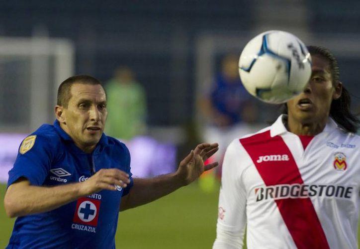 Los ex seleccionados mexicanos <i>Chaco</i> Jiménez y Joel Huiqui disputan el balón. (NTX)