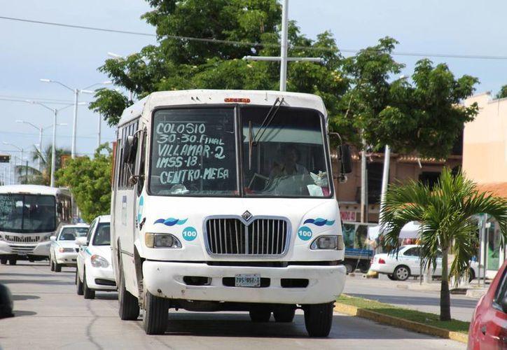 Representantes sindicales de los choferes de transporte público denuncian que sus agremiados reciben multas en exceso. (María Mauricio/SIPSE)