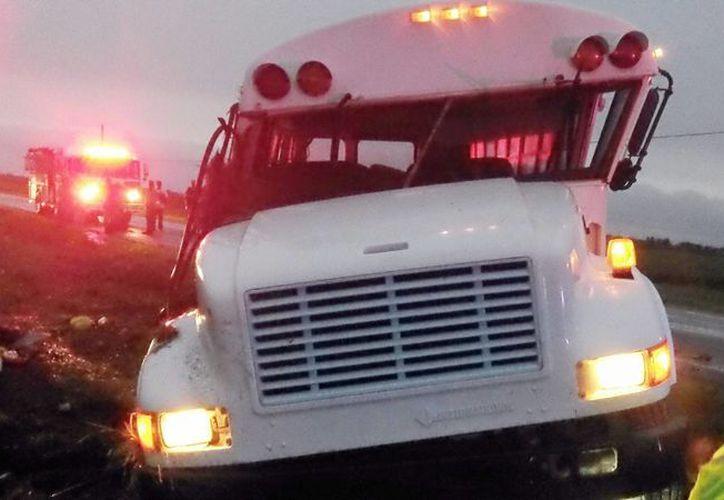 Estado en que quedó un autobús que transportaba unos 20 peones de campo migrantes y se salió de la carretera el 8 de septiembre del 2015 cerca de Monon, Indiana. Las autoridades dijeron que la empresa de la Florida propietaria del bus no tenía el seguro indicado ni estaba autorizada a transportar trabajadores. (The Associated Press)