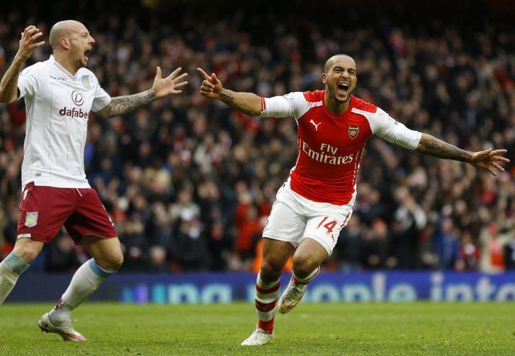 Theo Walcott logró el tercel tanto a favor del Arsenal ante el Aston Vila. (AP)