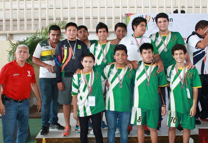 Juan Sosa Puerto con integrantes del seleccionado de handball. (Milenio Novedades)