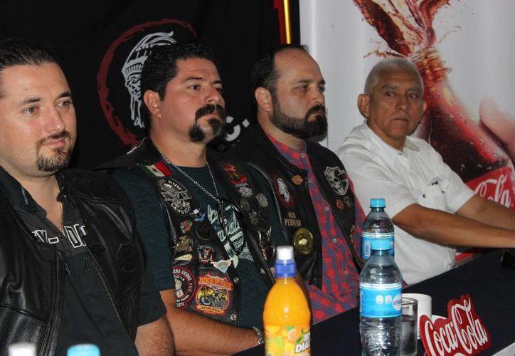 """Directivos de la asociación motociclista """"Tribu sin ley"""" durante la rueda de prensa.  (Milenio Novedades)"""