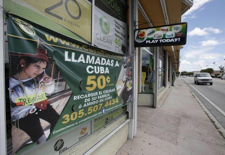 Foto de una tienda que facilita las llamadas a Cuba, en la Pequeña Habana de Miami. (Agencias)