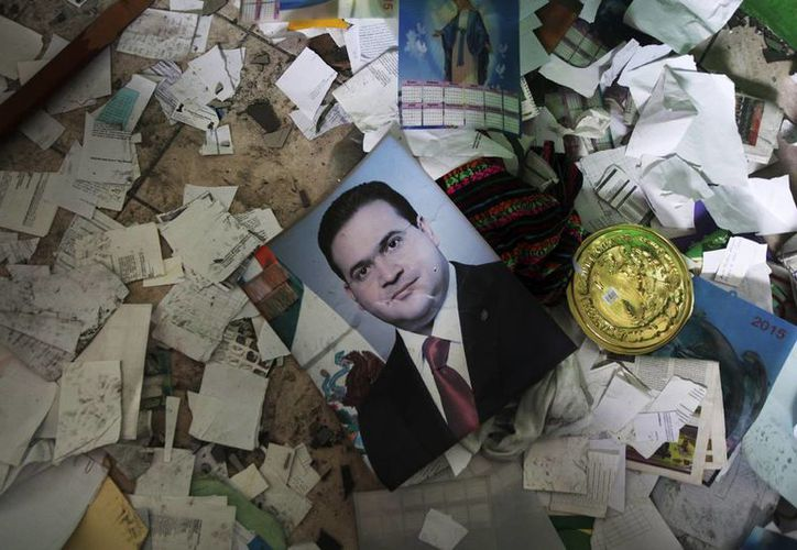 Si el Gobernador de Veracruz con licencia, Javier Duarte, quisiera regresar, el Congreso local tendría que votar por su reinstalación. Imagen de un retrato Duarte tirado en medio de los escombros, después de que el Palacio Municipal de Catemaco, fue incendiado ayer domingo. (AP Photo / Felix Márquez)