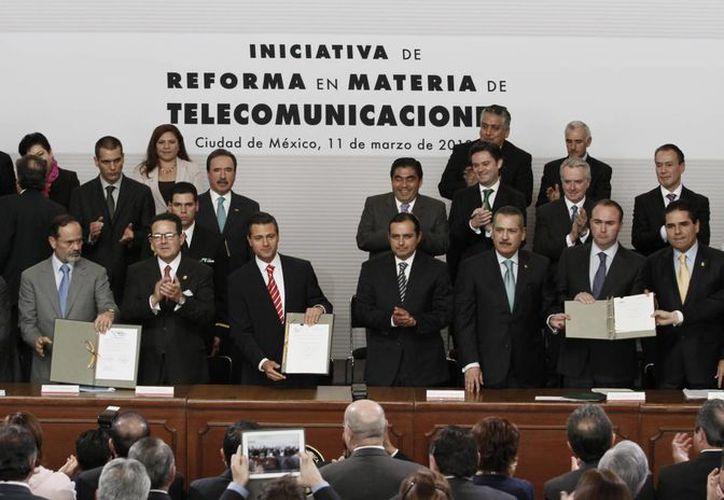 El presidente Enrique Peña (c) encabezó la presentación de la iniciativa de reforma en telecomunicaciones. (Notimex/Archivo)