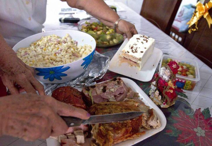 Aumentar el ejercicio, ingerir agua y por supuesto evitar el exceso de comida son consejos que pueden disminuir el considerable aumento de kilos en estas fiestas decembrinas. (Archivo Notimex)