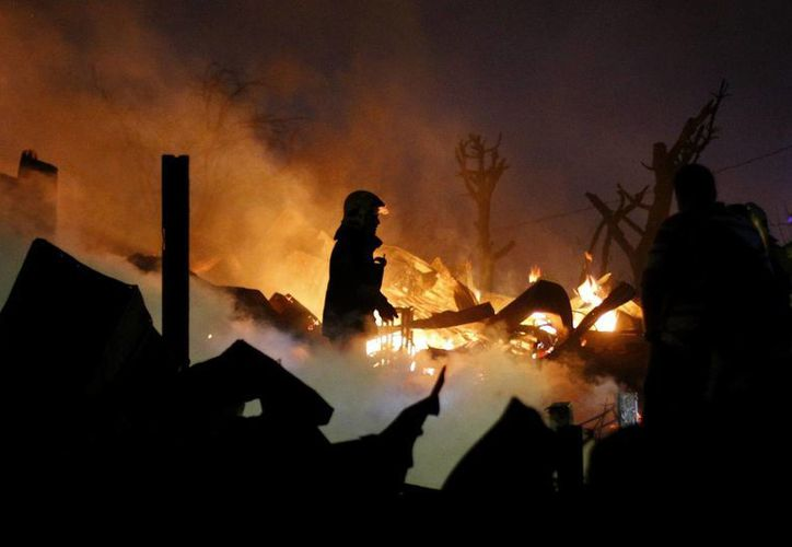 El incendio comenzó la tarde del sábado en un área forestal por causas que aún se investigan. (EFE)