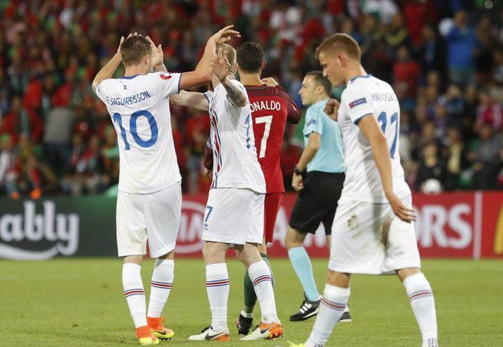 Islandia y Portugal empataron 1-1 este martes en el estadio Geoffroy-Guichard de Lyon. (AP)