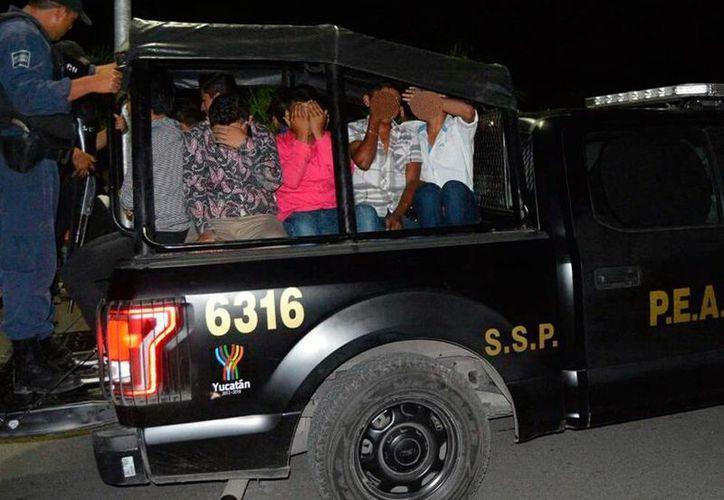 Decenas de adolescentes que consumían drogas en una fiesta clandestina de las denominadas 'rave' fueron detenidos por la Policía, en Tizimín. (SIPSE)