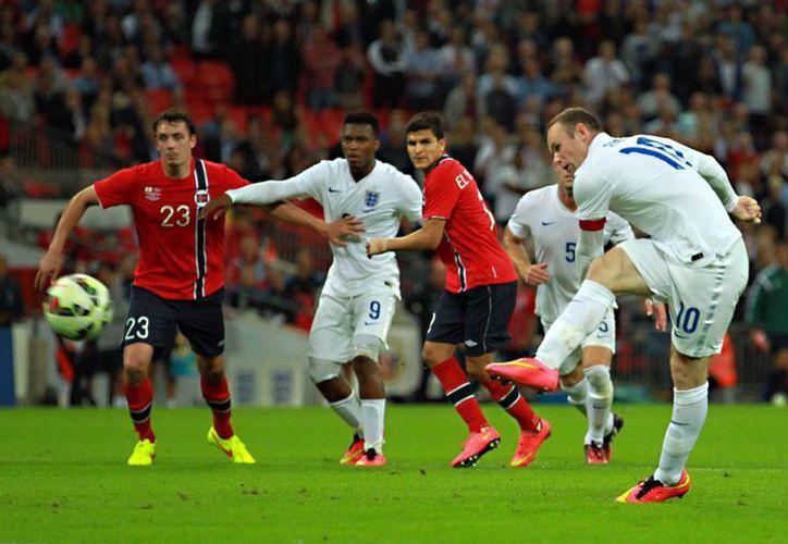 Wayne Rooney, que ya roza los 30 años de edad, anotó ante Noruega y ahora está a solo nueve goles de superar al máximo goleador de Inglaterra, sir Bobby Charlton. (EFE)
