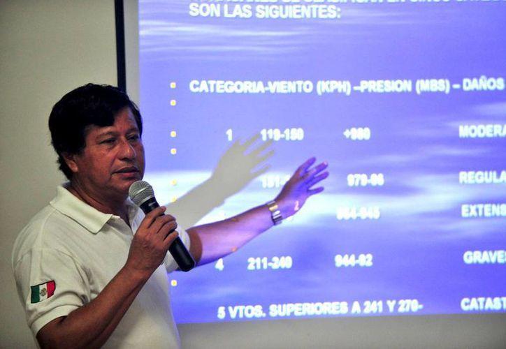 Antonio Morales Ocaña, jefe del departamento de Climatología y Meteorología de Protección Civil, exhorta mantener la cultura de la prevención ante huracanes. (Daniel Pacheco/SIPSE)