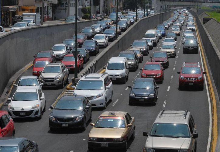 Buena parte de los vehículos en el DF pasan horas atascados en el tráfico. (Archivo/Notimex)