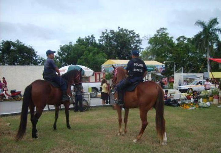 Elementos policíacos a la espera del Día de los Muertos para guardar el orden. (Redacción/SIPSE)