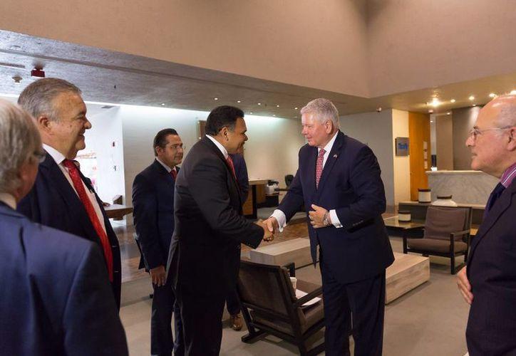 El gobernador de Yucatán, Rolando Zapata (i), viajó para consolidar una plataforma logística económica entre los puertos de Progreso y Miami. (Foto cortesía del Gobierno de Yucatán)