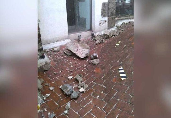La Arquidiócesis de México informó que no se presentaron lesionados por el rayo 'golpeó' la torre oriente de la Catedral Metropolitana. (Foto: Twitter)