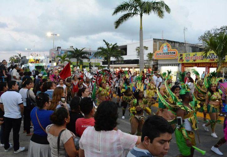 Chicos y grandes se dieron cita en la avenida principal para disfrutar el desfile. (Joel Zamora/SIPSE)